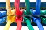 cables-de-ethernet-coloreados-conectados-con-el-eje-16250754