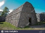 straw-covered-long-house-at-aboriginal-village-of-the-huron-jesuits-B5GEAD