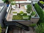 jardin-sur-le-toit-–terrasse-plantes-couvre-sol-jardinieres-graminees-ornement-arbres