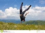 hombre-ágil-feliz-en-montañas-10424059
