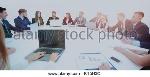 socios-reunidos-en-torno-a-la-mesa-y-dispuesta-a-discu-kt5h3c