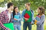 jovens-jovens-universitarios-no-parque_13339-13688