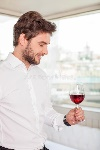 el-hombre-joven-hermoso-es-relajante-con-la-bebida-del-alcohol-56811800