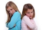 niñas-dandose-la-espalda