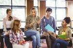 mujer-hablando-a-su-alumnos-del-psicologo-educativo