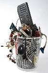 desecho-electrónico-en-bote-de-basura-21168432