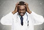 29648183-primer-retrato-profesional-con-dolor-de-cabeza-cuidado-de-la-salud-de-tristeza-estrés-sosteniendo-la-c