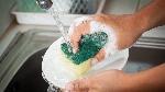 errores-que-cometes-al-lavar-los-platos-tanto-a-mano-como-en-el-lavavajillas