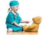 18231015-nino-adorable-vestido-como-medico-jugar-con-el-juguete-sobre-blanco1