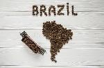 mapa-del-brasil-hecho-de-los-granos-de-café-asados-que-ponen-en-el-fondo-texturizado-de-madera-blanco-con-el-tren-del-juguete-89427005