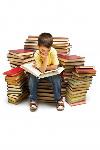 nino-sentado-en-una-gran-pila-de-libros_1098-1603