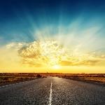 puesta-del-sol-y-camino-al-horizonte-76378897