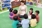 74844029-maestra-y-lindos-niños-de-jardín-de-infantes-sentados-en-un-círculo