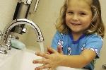 nina-lavandose-las-manos