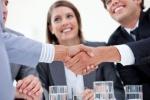 Ejecutivos-en-una-reunion-estrechando-sus-manos1