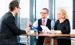 Personengruppe-Buero-Verhandlung-Chef-Mitarbeiter