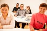 o-grupo-de-pessoas-de-idade-diferente-que-senta-se-na-sala-de-aula-e-atende-67623466