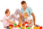 padre-y-niños-jugando