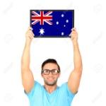32300425-retrato-de-un-hombre-joven-ocasional-celebración-de-junta-con-la-bandera-nacional-de-australia