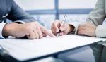 consentimiento-en-el-contrato-persona-firmando-1024x606