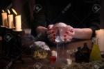 61500373-manos-brujas-esfera-transparente-objetos-mágicos-y-utensilios-de-alquimista-velas-hierbas-concepto-la-
