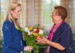 10860704-un-petit-fils-rendre-visite-à-sa-grand-mère-et-d-apporter-des-fleurs-comme-un-cadeau-