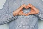 92624401-un-symbole-d-amour-fait-des-mains-la-saint-valentin-un-jeune-homme-amoureux-montre-ses-sentiments