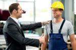 35663925-joven-jefe-se-elogiaba-trabajador-en-la-fábrica