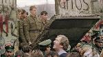 des-allemands-de-l-ouest-se-pressent-devant-le-mur-de-berlin-le-11-novembre-1989-regardant-des-gardes-frontiere-est-allemands-ouvrant-une-breche-dans-l-ouvrage-pres-de-la-potsdamer-platz_5145667