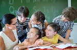 docente inteactua con alumnos