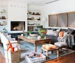 salon-con-taburetes-bajos-cojin-en-el-suelo-mesa-de-centro-de-madera-antigua-alfombra-azul-y-chimenea_00466530-o_79275d59_2000x1